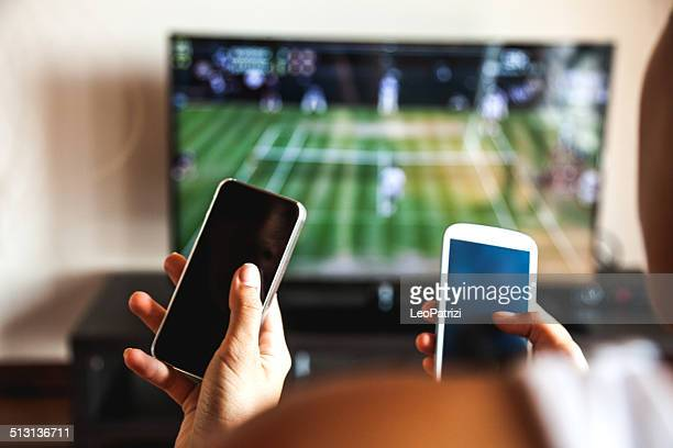 Freunden mit Handy während des tennis-match
