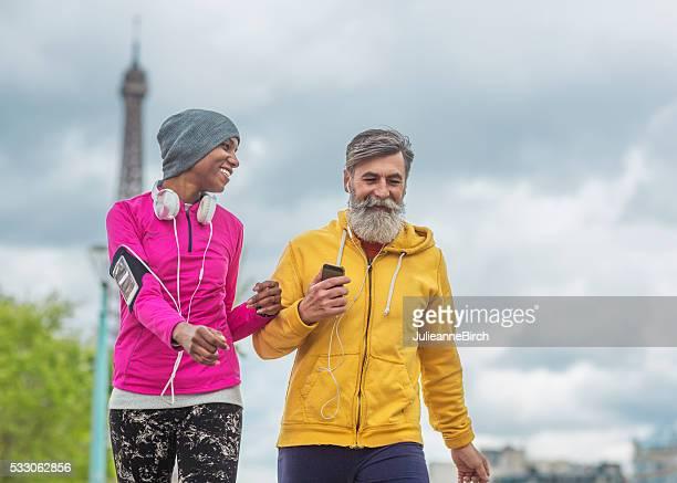 Amigos caminando alrededor de París