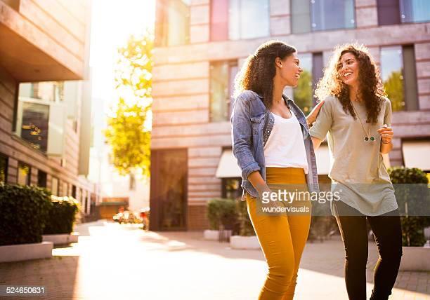 Amis marchant dans la zone urbaine de pair