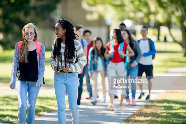 Freunde, die zu Fuß zur Schule