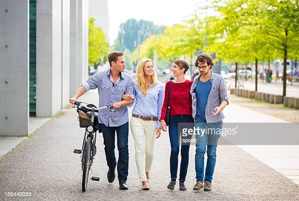 Freunde zu Fuß, mit dem Fahrrad in der Stadt