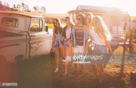 ご友人との散歩ギィ piggybacking ガールフレンドの太陽フレア