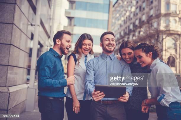 Freunde gerade witzige Fotos auf Digital-Tablette in Stadtstraße