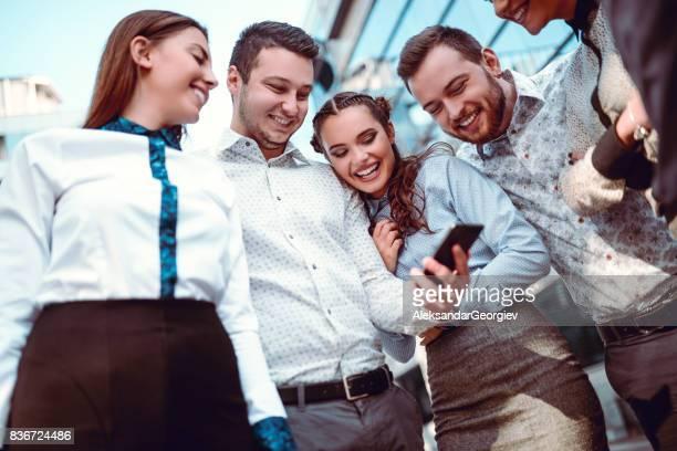 Freunde gerade witzige Fotos auf Smartohines in der Stadt Street
