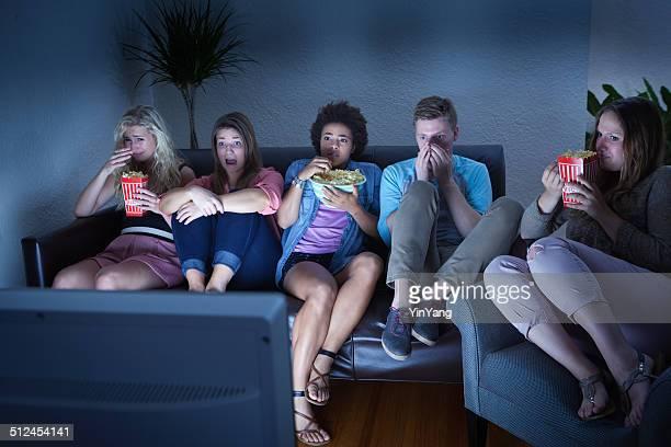 Freunde beobachten Scary Halloween-TV-Show zusammen
