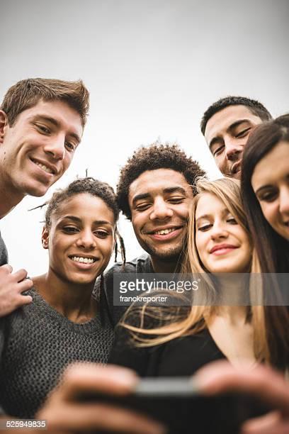 Amis regardant le mentionné les selfies fait sur le téléphone