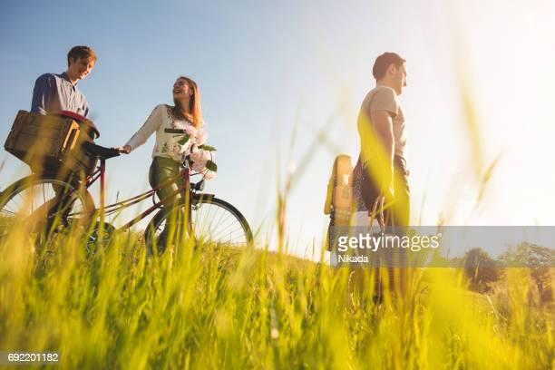 amis avec boîte de vélo et pique-nique marchant sur la voie