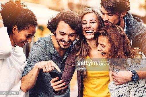 Amis avec téléphone en plein air