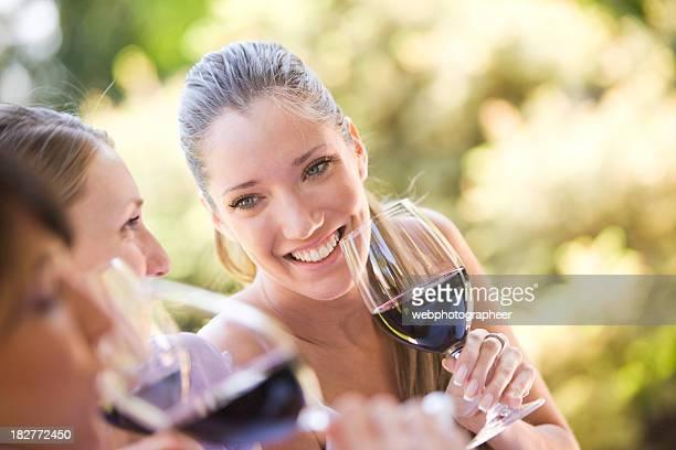 Amigos con vino tinto