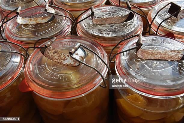 Frisch eingekochte Pfirsiche in Einmachgläsern mit Bügel Einkochen ist eine Methode Lebensmittel durch Erhitzen und Luftabschluss haltbar zu machen...