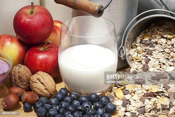 Frische Milch mit Fruechten und Cerealien |Fresh milk fruits and cereals|
