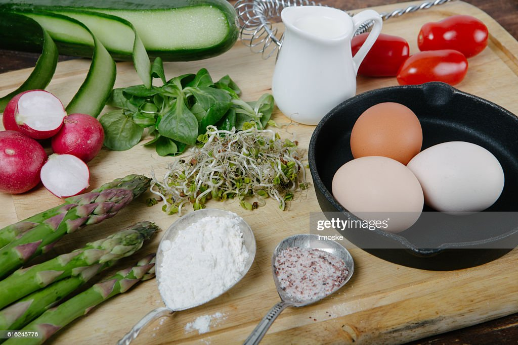 Frittata with asparagus ingridiens : Stock-Foto