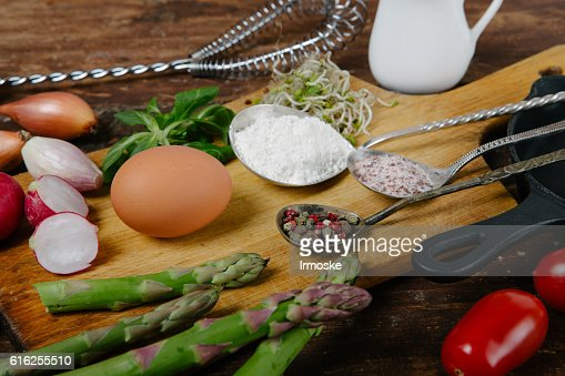 Frittata with asparagus ingridiens : Foto de stock