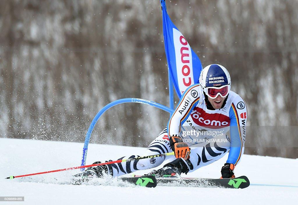 Fritz Dopfer of Germany skies past a flag during the FIS Ski World Cup 2015/2016 men's giant slalom first run in Naeba, Niigata prefecture on February 13, 2016. AFP PHOTO / TOSHIFUMI KITAMURA / AFP / TOSHIFUMI KITAMURA