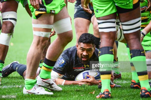 Fritz Lee of Clermont goes over for an early try during the European Rugby Champions Cup match between Clermont Auvergne and Northampton Saints on...