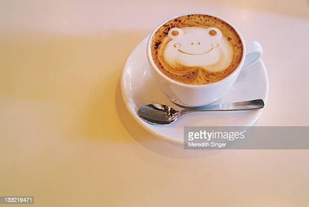 frog 'latte art' cappuccino