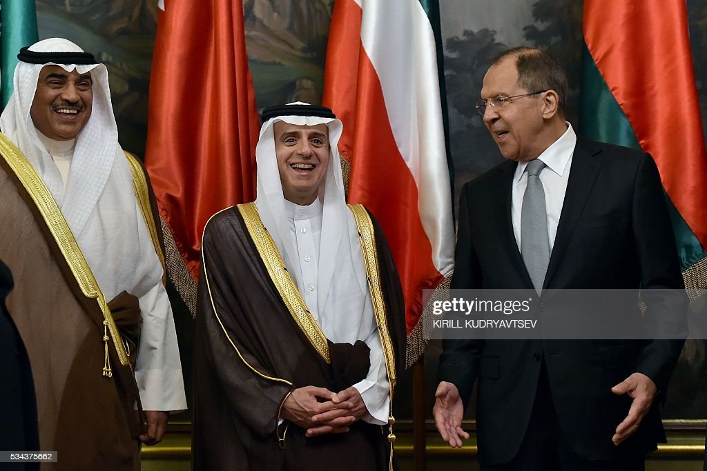 Kuwait's Foreign Minister Sheikh Sabah al-Khaled al-Sabah, Saudi Arabia's Foreign Minister Adel al-Jubeir and Russian Foreign Minister Sergei Lavrov pose for a family picture during a meeting in Moscow on May 26, 2016. / AFP / KIRILL
