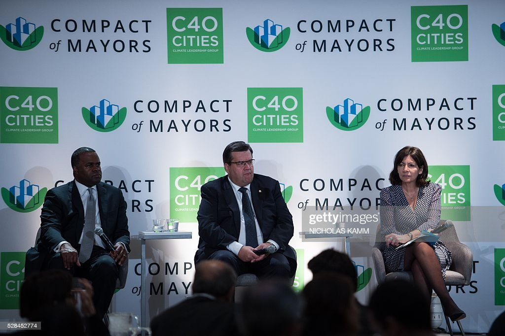 From L to R, Atlanta mayor Kasim Reed, Montreal mayor Denis Coderre and Paris mayor Anne Hidalgo attend the C40 and Compact of Mayors briefing during the Climate Action 2016 conference in Washington, DC, on May 5, 2016. / AFP / NICHOLAS