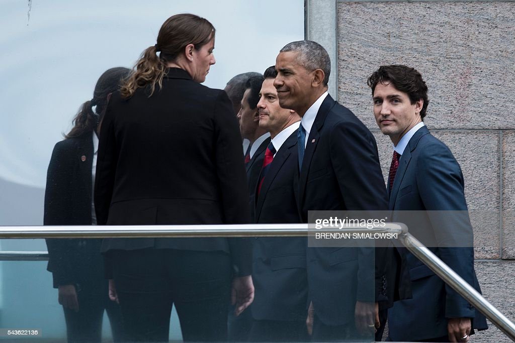 From left Mexican President Enrique Pena Nieto, US President Barack Obama and Canadian Prime Minister Justin Trudeau walk to a working lunch during the North American Leaders Summit on June 29, 2016 in Ottawa, Ontario. / AFP / Brendan Smialowski