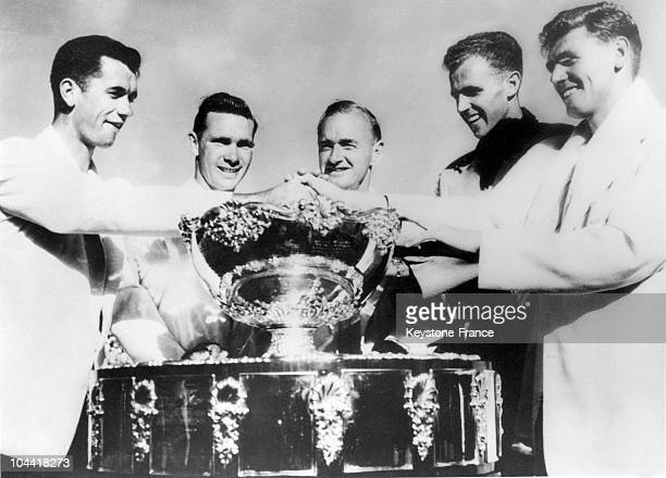 From left to right Australian tennis players Mervyn ROSE Ian EYRE team captain Harry HOPMAN Ken McGREGOR and Frank SEDGMAN posing with the Davis Cup...