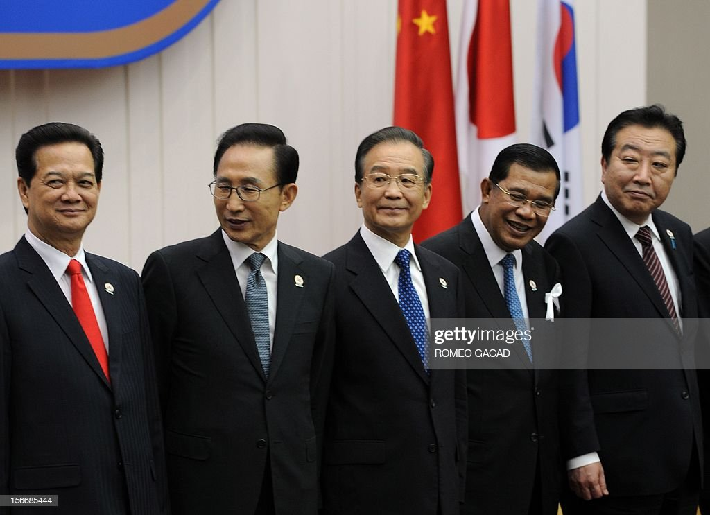 From left Vietnamese Prime Minister Nguyen Tan Dung, South Korean President Lee Myung Bak, Chinese Premier Wen Jiabao, Cambodian Prime Minister Hun Sen and Japan Prime Minister Yoshihiko Noda stand together for a photo session during the Association of Southeast Asian Nations (ASEAN) Plus Three Commemorative Summit in Phnom Penh on November 19, 2012 following the 21st ASEAN Leaders Summit. AFP PHOTO / ROMEO GACAD