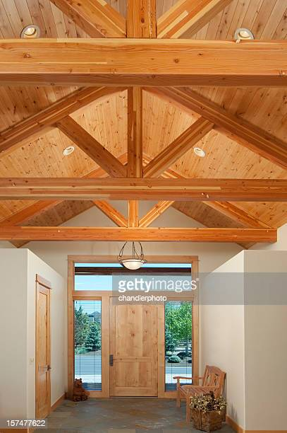 Tür mit Holzbalken trusses