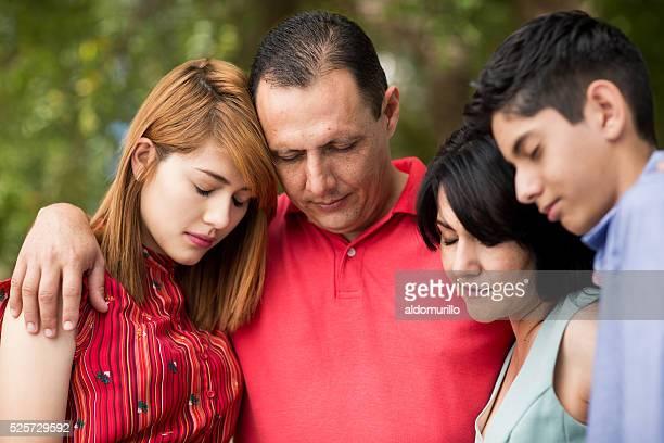 Frente vista de letra família rezar com olhos fechados