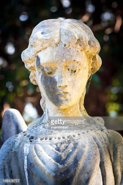 Ansicht der Marmor-statue der Engel gegen dunklen Hintergrund