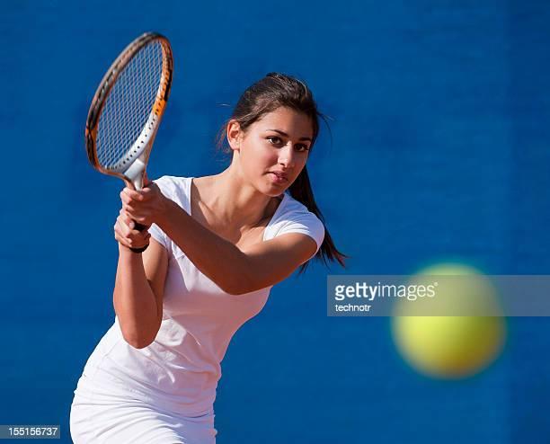 フロントの若い女性テニス