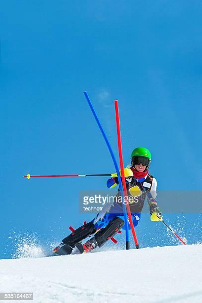 Vorderansicht von jungen Frauen in den Slalom-Rennen
