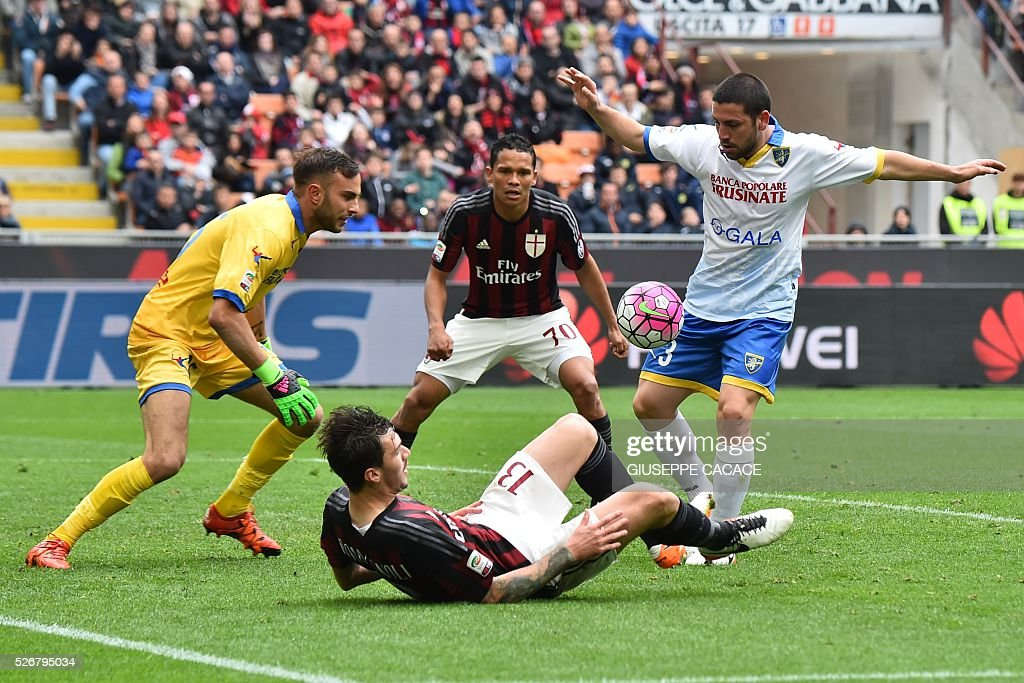 Frosinone's defender from Italy Roberto Crivello (R) fights for the ball with AC Milan's defender from Italy Alessio Romagnoli during the Italian Serie A football match AC Milan vs Frosinone at 'San Siro' Stadium in Milan on May 1, 2016. / AFP / GIUSEPPE