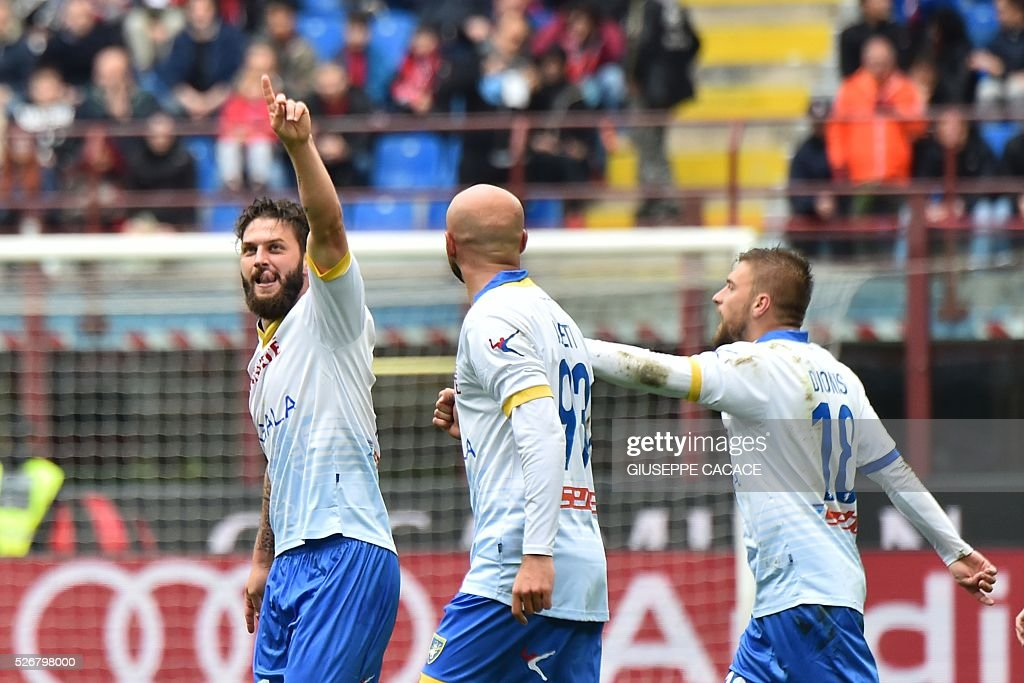 Frosinone's forward from Germany Oliver Kragl (L) celebrates after scoring a goal with Frosinone's midfielder from Italy Paolo Sammarco during the Italian Serie A football match AC Milan vs Frosinone at 'San Siro' Stadium in Milan on May 1, 2016. / AFP / GIUSEPPE