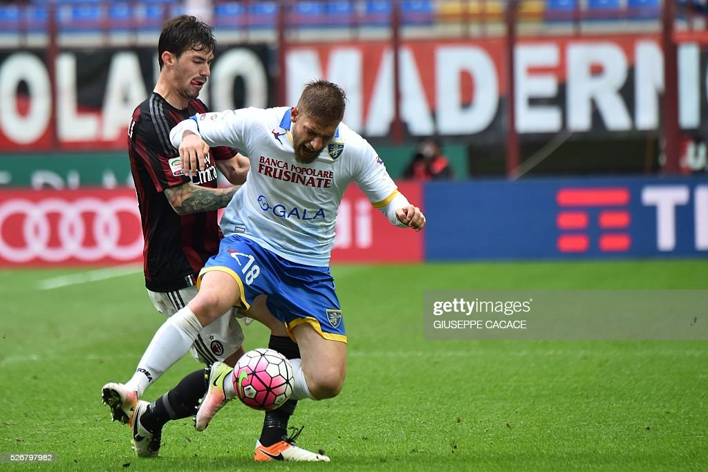 Frosinone's forward from Italy Federico Dionisi (front) fights for the ball with AC Milan's defender from Italy Alessio Romagnoli during the Italian Serie A football match AC Milan vs Frosinone at 'San Siro' Stadium in Milan on May 1, 2016. / AFP / GIUSEPPE