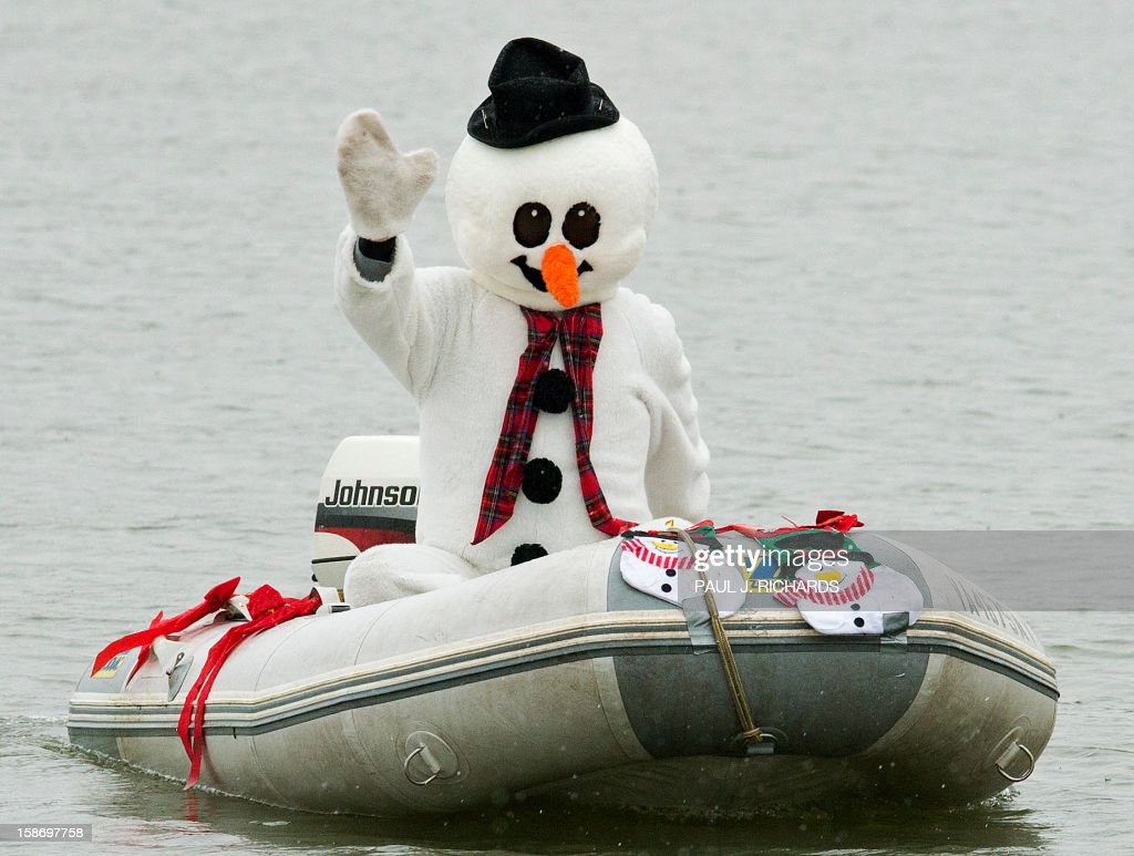 'Frosty the Snowman' cruises along the Potomac River December 24, 2012 at National Harbor in Maryland, near Washington, DC, during th 27th Annual Water Skiing show. This unusual annual event features a water-skiing Santa, flying elves, the Jet-skiing Grinch, and Frosty the Snowman performing on the Potomac River. AFP PHOTO/Paul J. Richards