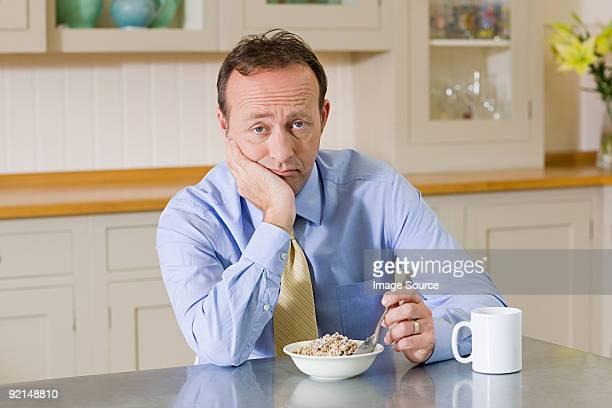 Froncer les sourcils homme avec petit déjeuner