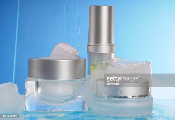 Congelato i prodotti cosmetici con acqua che scorre in Background