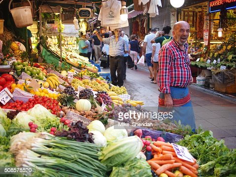 Fruit and veg market stall in Istanbul : Bildbanksbilder