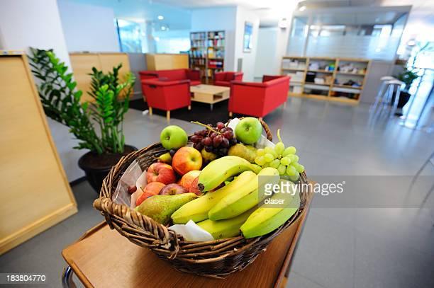 Canasto de frutas en la oficina