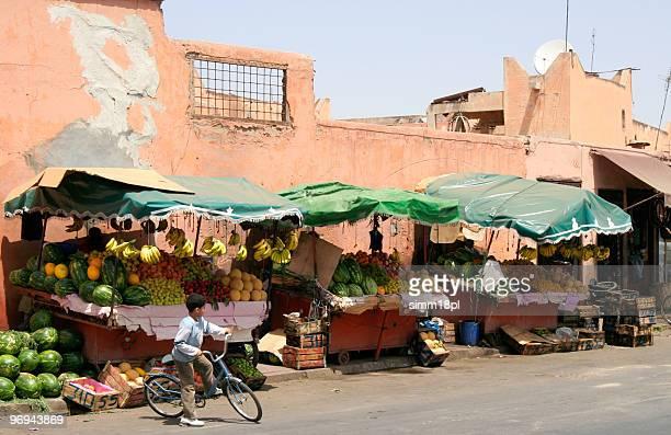 Obstmarkt auf einer Straße in Marrakesch, Marokko