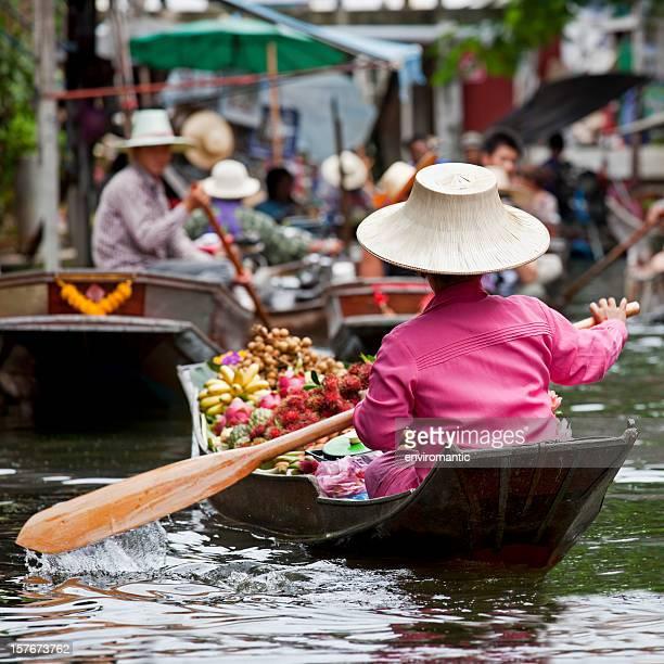 Fornitore di frutta in un mercato galleggiante in Tailandia