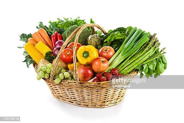 Fruits et légumes dans le panier en osier