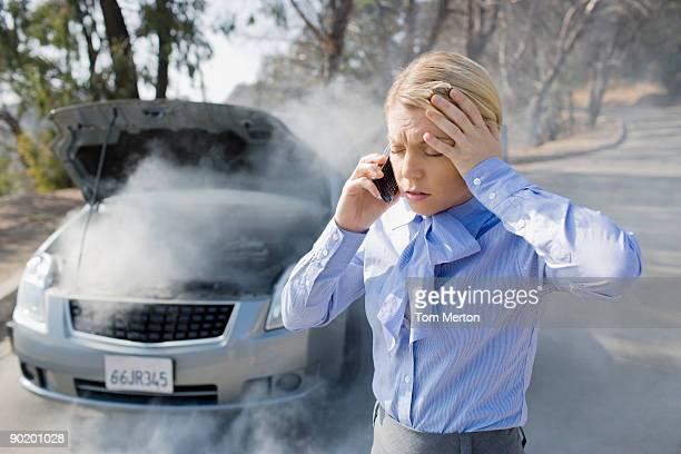 Verärgert Geschäftsfrau Rufen Sie für Hilfe für Raucher Auto