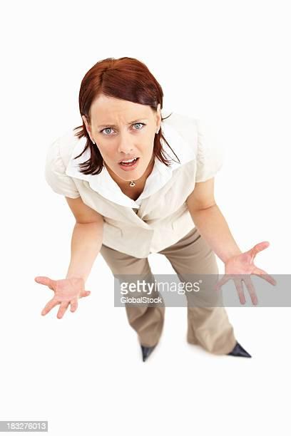 Frustré de jeune femme d'affaires contre fond blanc