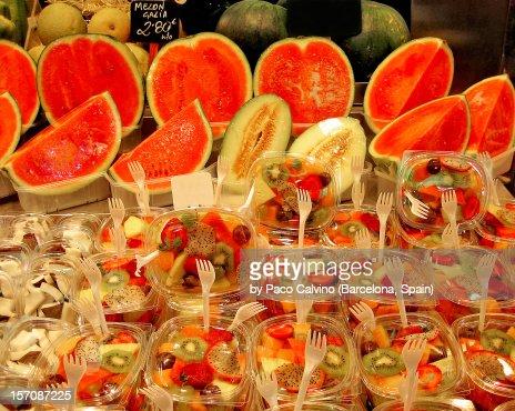 Fruta fresca cortada y envasada. Mercado Boqueria : Stock Photo