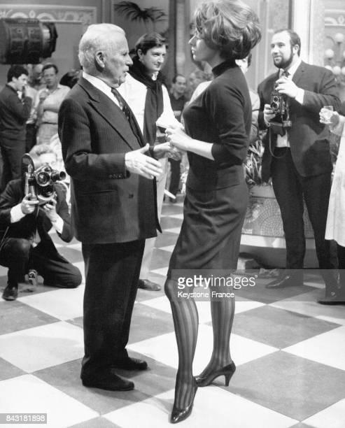 Fête surprise sur le tournage du film 'La Comtesse de HongKong' pour célèbrer les 77 ans de Charlie Chaplin ici le réalisateur discutant avec son...