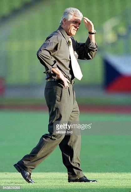 Anlässlich der Begegung Deutschland Tschechien geht der deutsche Nationaltrainer Erich Ribbeck über den Rasen Zum Schutz vor der Sonne hält er die...