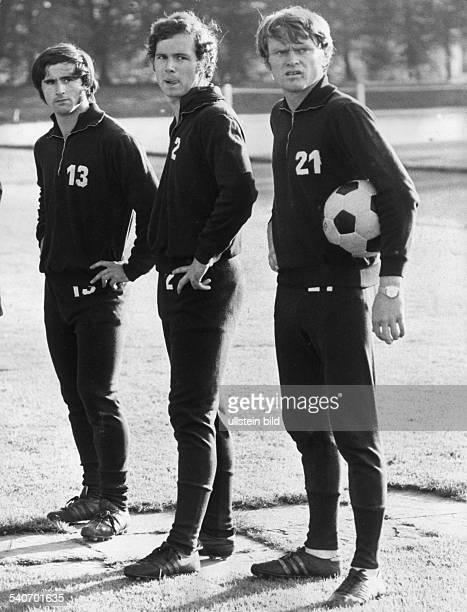 Stürmer Gerd Müller Libero Franz Beckenbauer und Torhüter Sepp Maier von Bayern München gemeinsam auf dem Trainingsplatz