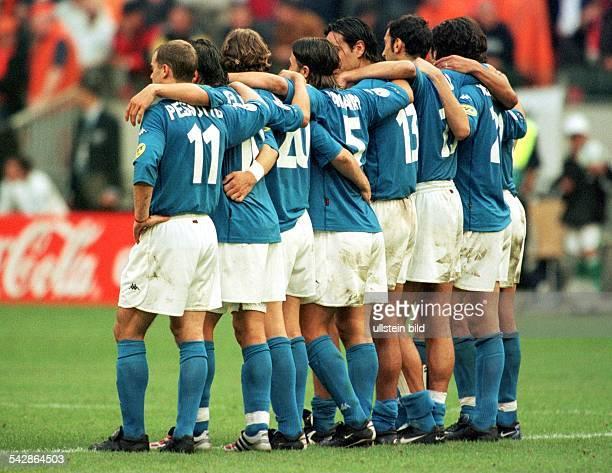 FußballEuropameisterschaft EURO 2000 Niederlande und Belgien Halbfinale Italien Niederlande Spieler der italienischen Nationalmannschaft bilden im...