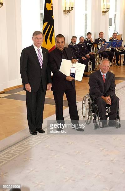 Fußballspieler David Odonkor Bundespräsident Horst Köhler und Bundesinnenminister Wolfgang Schäuble anlässlich der Auszeichnung der Spieler der...