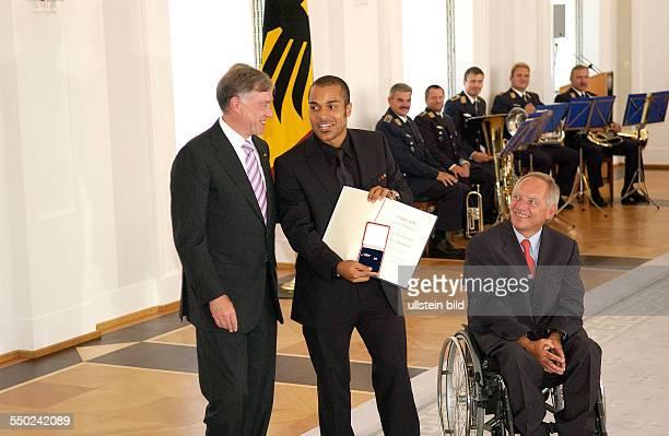 Fußballspieler David Odonkor Bundespräsidenten Horst Köhler und Bundesinnenminister Wolfgang Schäuble anlässlich der Auszeichnung der Spieler der...
